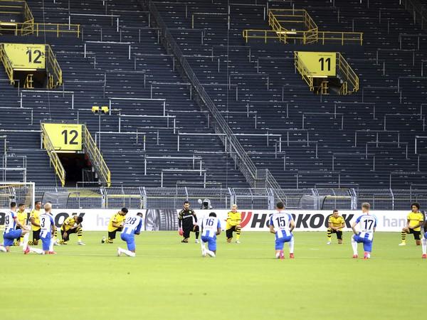 Hráči Borussie Dortmundu a Herthy Berlín pred zápasom nemeckej Bundesligy