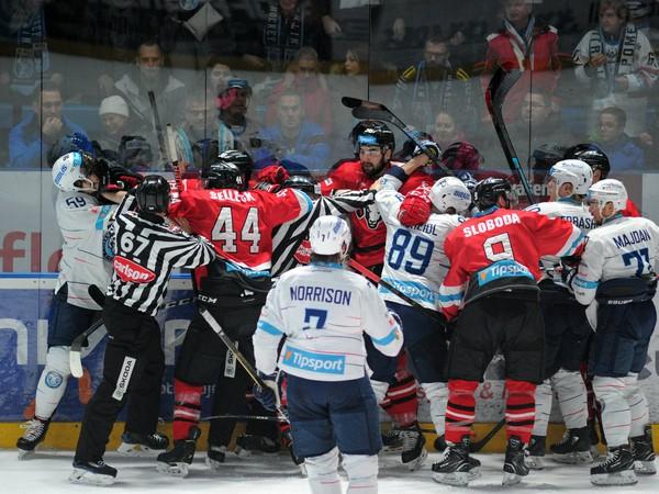 Hromadná roztržka medzi hokejistami HK Nitra a HC '05 iClinic Banská Bystrica