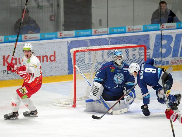 Zľava: Patrik Kiss z DVTK Jegesmedvék, brankár Juraj Šmboch a Judd Blackwater z HK Nitra