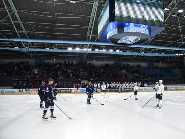 Atmosféra počas protestného búchania hokejok o ľadovú plochu pred začatím hokejového zápasu