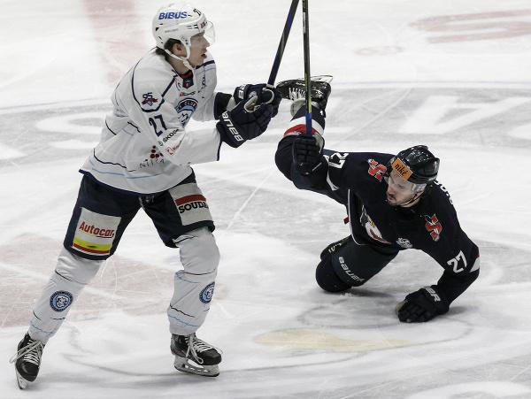 Vľavo Andrej Kollár (Nitra) a Brendan O´Donnell (Slovan)
