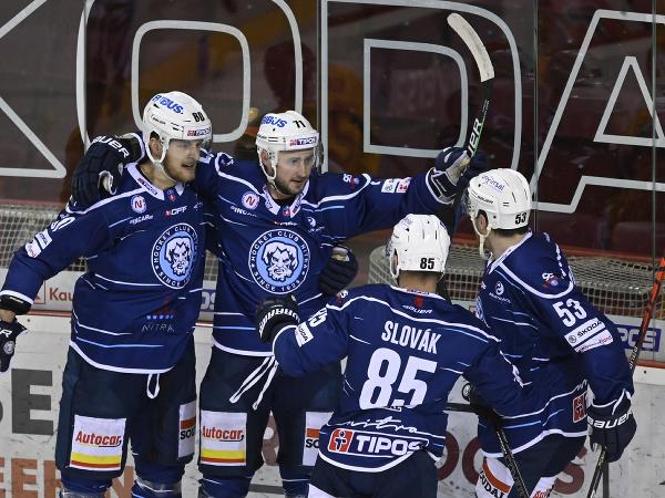 Hráči HK Nitra sa tešia po góle Mareka Tvrdoňa (druhý zľava)