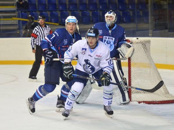 Zľava: Matúš Rais z HK Nitra, Dávid Bondra z HK Poprad a Michal Valent z HK Nitra