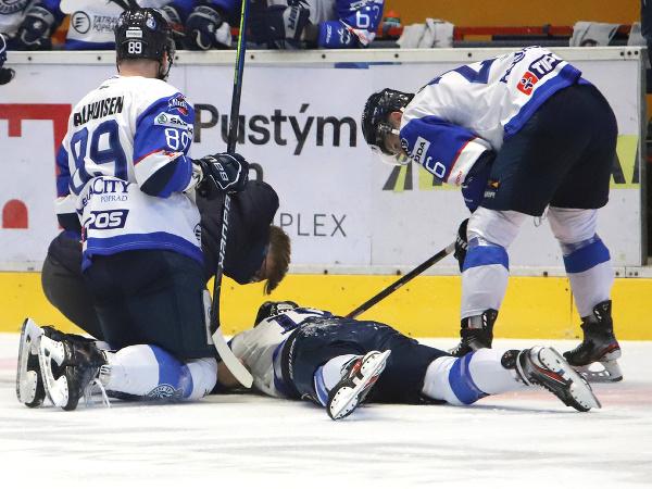 Zľava Miko Dalhuisen, zranený David Skokan a Marek Hudec (všetci Poprad)