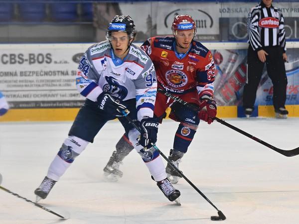 Na snímke hráč Popradu Kevin Miller (vľavo) a Peter Šišovský zo Zvolena