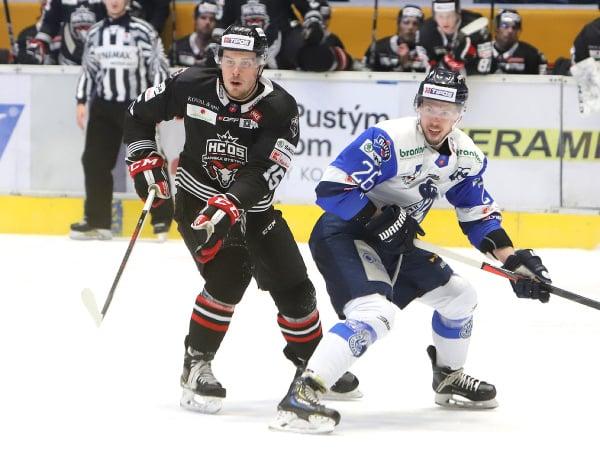 Na snímke zľava kanadský obranca Alex Breton (Banská Bystrica) a útočník Marek Hudec (Poprad)