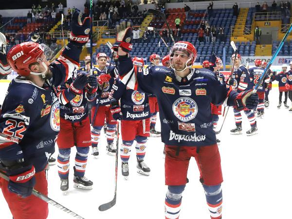 Na snímke hokejisti Zvolena sa tešia z výhry po skončení druhého zápasu finále Kaufland play off Tipos extraligy HKM Zvolen – HK Poprad