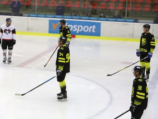 Úvodné protestné búchanie hokejkami proti prístupu štátu k slovenskému hokeju v čase pandémie