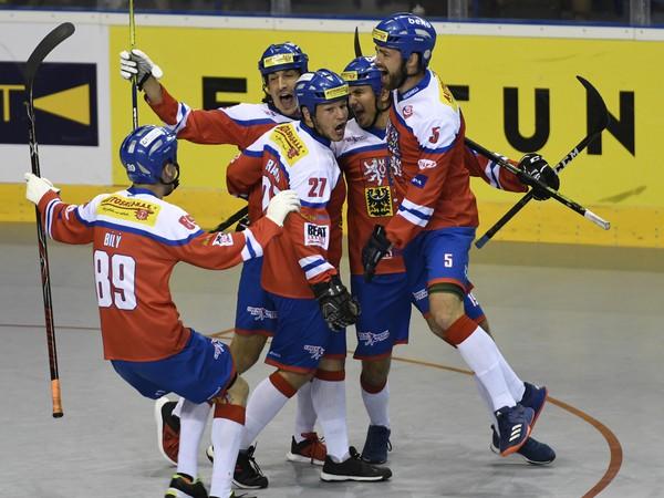 Na snímke radosť hráčov Česka po úvodnom góle