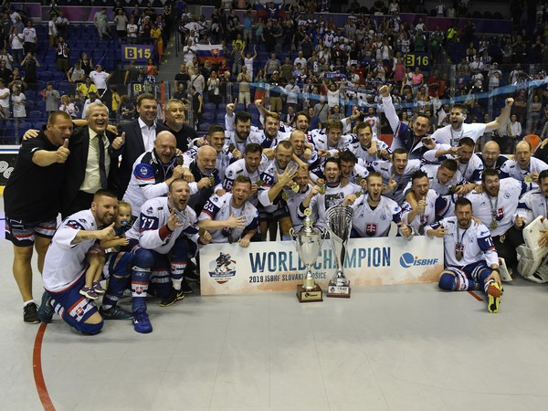 Slovenskí hokejbalisti s víťaznou