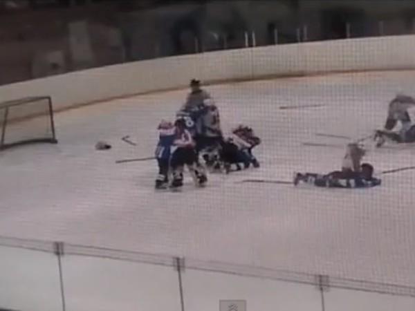 11-roční hokejisti predviedli hromadnú bitku ako skúsení profesionáli