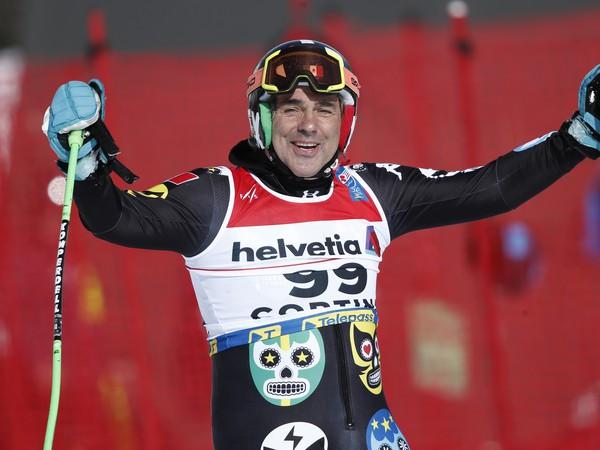 Na snímke 62-ročný mexický lyžiar Hubertus Von Hohenlohe sa usmieva v cieli po 1. kole obrovského slalomu