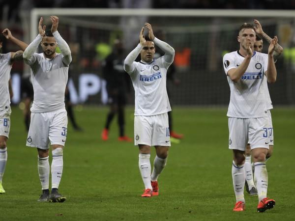 Milan Škriniar a ostatní hráči Interu Miláno tlieskajú fanúšikom