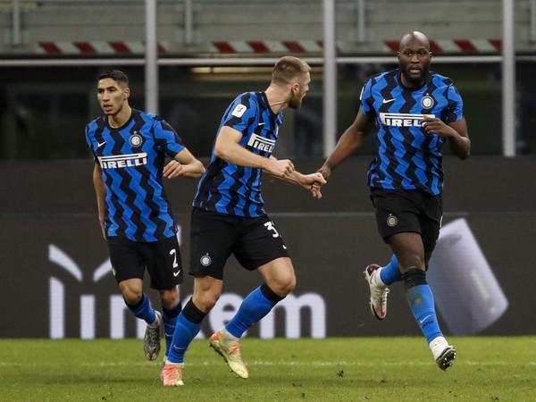 Romelu Lukaku a Milan Škriniar oslavujú gól Interu