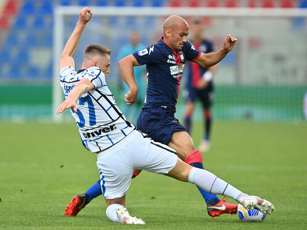 Milan Škriniar v sklze berie loptu protihráčovi
