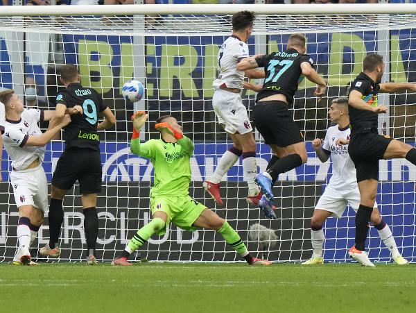 Milan Škriniar strieľa gól hlavou po štandardnej situácii