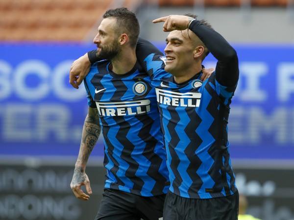 Lautaro Martinez (vpravo) z Interu Miláno sa teší z gólu so spoluhráčom Marcelom Brozovičom