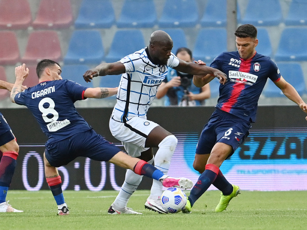 Romelu Lukaku sa prebíja cez dvoch hráčov Crotone