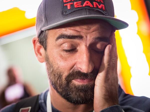 Slovenský motocyklový pretekár Ivan Jakeš po prílete na Letisko Viedeň-Schwechat z Rely Dakar.