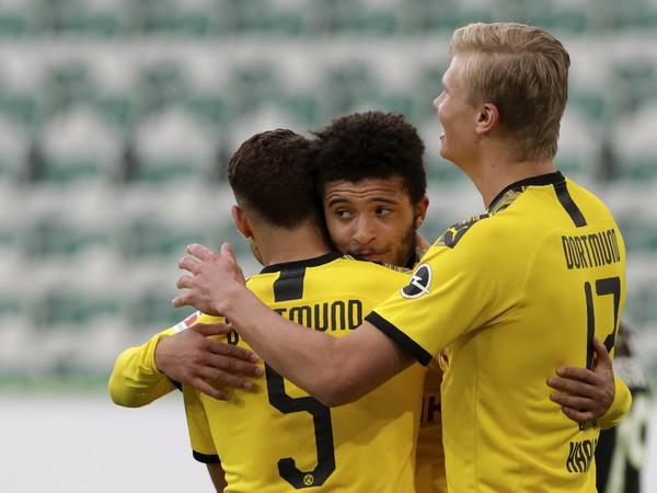Jadon Sancho (uprostred) zrejme opustí Nemecko