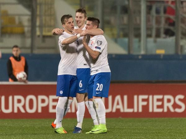 Na snímke uprostred Ján Greguš oslavuje svoj gól