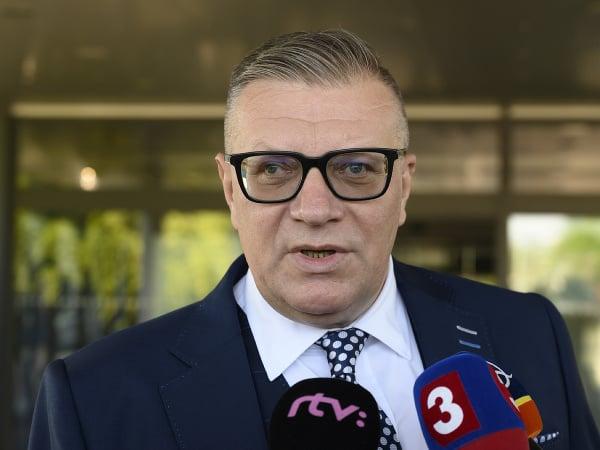 Prezident Slovenského futbalového zväzu Ján Kováčik počas rozhovoru pred odletom do Petrohradu na majstrovstvá Európy vo futbale