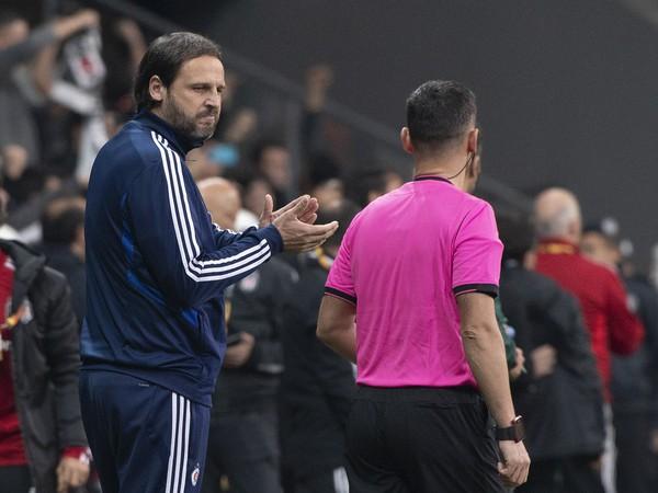 Na snímke vľavo nespokojný tréner Slovana Ján Kozák ml. po rozhodnutí rozhodcu odpískať pokutový kop