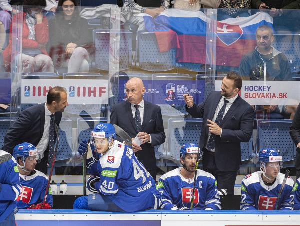Druhý zľava tréner Slovenska Craig Ramsay, jeho asistenti vľavo Ján Pardavý, druhý sprava Andrej Podkonický a vpravo Ján Lašák