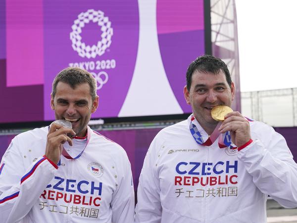 Jiří Lipták a David Kostelecký sa radujú z medaily