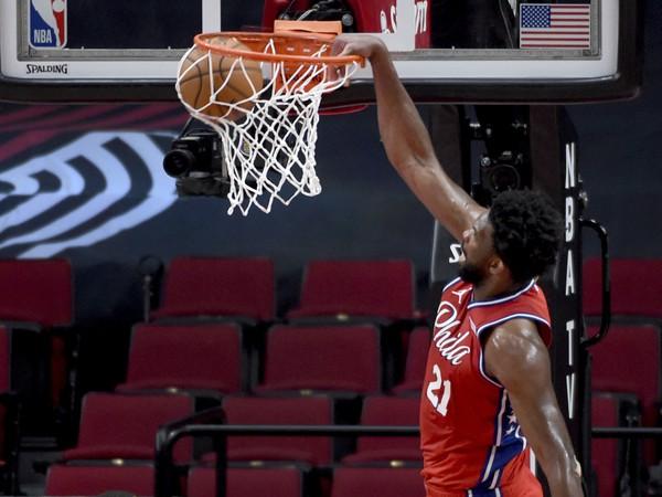 Hráč Philadelphie 76ers Joel Embiid smečuje na kôš