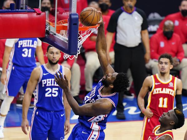 Basketbalista Joel Embiid z Philadelphie 76ers strieľa kôš