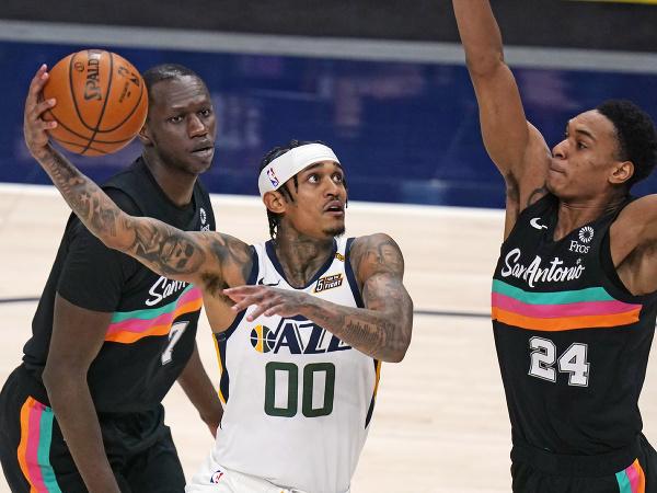 Basketbalista Jordan Clarkson (00) z Utahu Jazz a Devin Vassell zo San Antonia Spurs počas zápasu