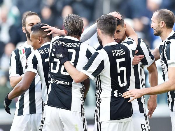 Sami Khedira (6) so spoluhráčmi oslavuje svoj gól