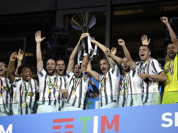 Hráči Juventusu Turín s trofejou pre víťaza Serie A