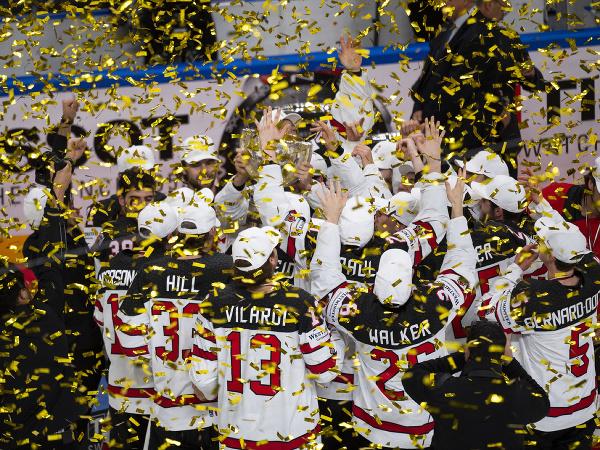 Tím Kanady oslavuje s trofejou po zisku zlata vo finálovom zápase