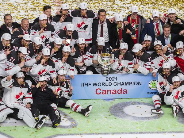 Tím Kanady oslavuje s trofejou po zisku zlata vo finálovom zápase MS 2021 v hokeji