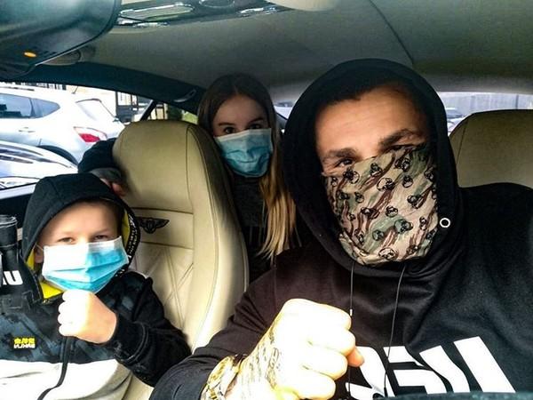 Karlos Vémola sa vzorne chráni maskou