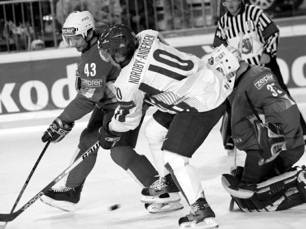 Jevgenij Pupkov (vľavo) ešte ako hráč Kazachstanu na hokejových MS 2006 v Lotyšsku
