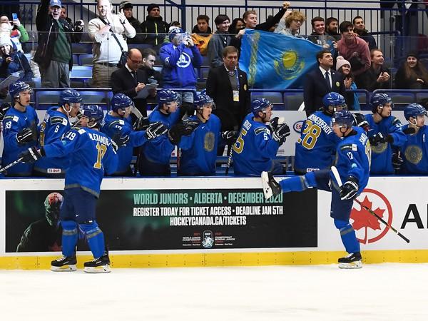 Kazašskí hokejisti si udržali šancu na záchranu