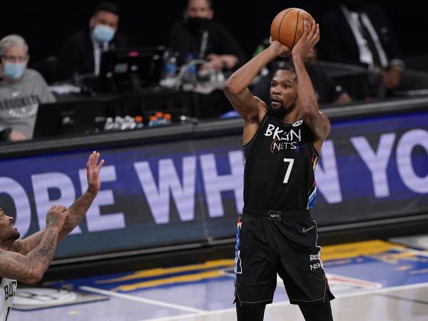 Na snímke vpravo hráč Brooklynu Kevin Durant strieľa na kôš