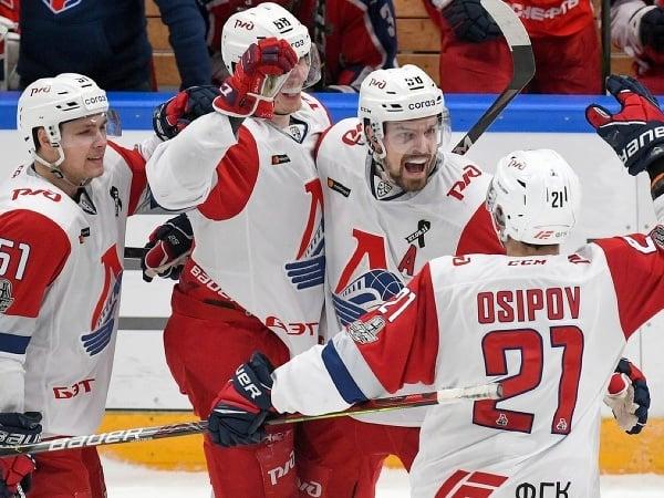 Hokejisti Lokomotivu Jaroslavľ oslavujú gól