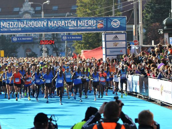 Bežci po štarte Medzinárodného maratónu mieru
