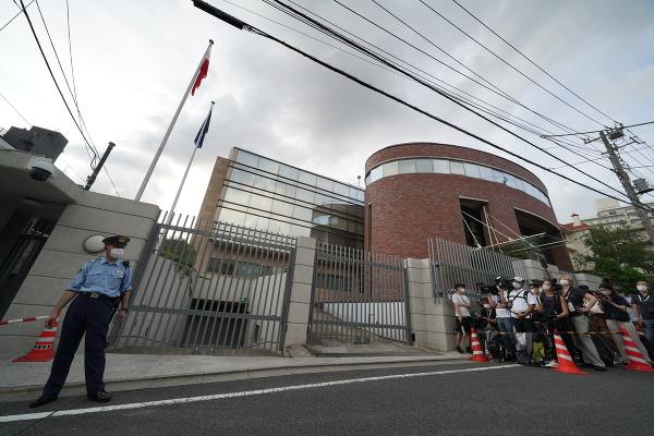 Novinári stoja pred poľským veľvyslanectvom v Tokiu, ktoré navštívila bieloruská atlétka Kryscina Cimanovská
