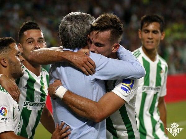 Fabián so spoluhráčmi oslavuje druhý gól Betisu