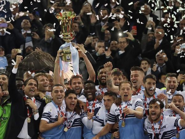 Futbalisti Lazia Rím sa radujú z pohára Coppa Italia