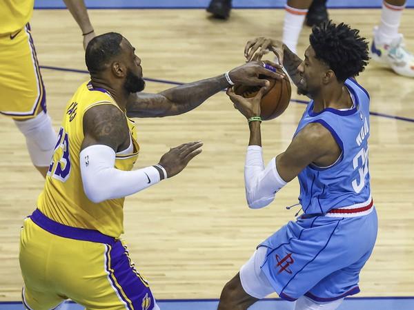 LeBron James bojuje o loptu s Christianom Woodom