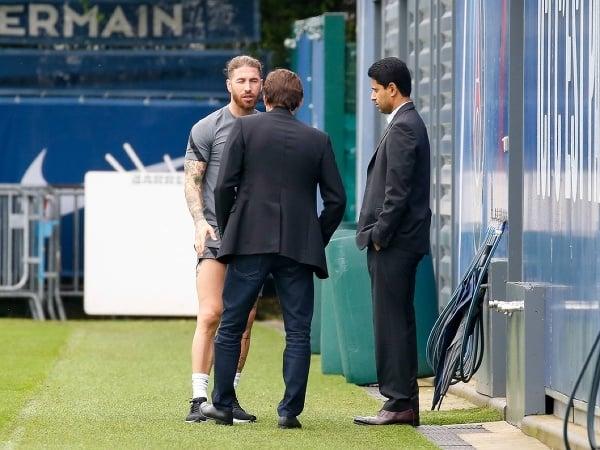 Sergio Ramos, prezident PSG Nasser Al-Khelaifi  a športový riaditeľ Leonardo