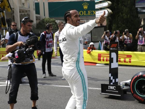 Brit Lewis Hamilton oslavuje víťazstvo v kvalifikácii na Veľkú cenu Monaka