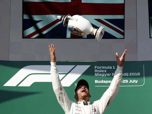 Lewis Hamilton oslavuje víťazstvo na VC Maďarska