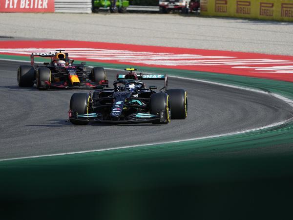 Valtteri Bottas a Max Verstappen počas kvalifikačného šprintu na VC Talianska